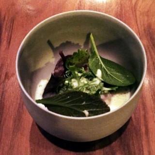 Hareng, émulsion d'ail grillé, pomme marinée, herbes fraîches