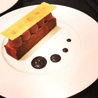 Financier, ganache noire, tuile et caramel chocolat
