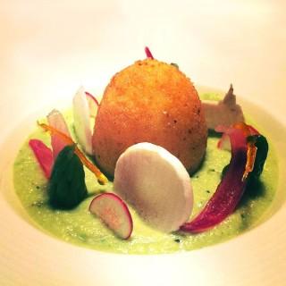 L'œuf mollet frit et crème d'asperges vertes