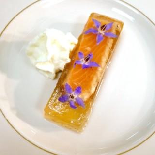 1ère partie du dressage du saumon mi-cuit aux épices mariné à la sauce teriyaki dans une gelée de bonite, crème légère au raifort