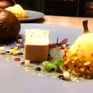 Foie gras d'oie maison, poire confite, pain aux céréales brioché, gelée au miel épicée