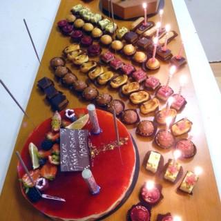 Buffet d'anniversaire pâtisseries et mignardises