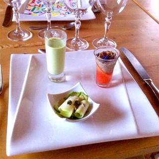Mises en bouche : Velouté de petit pois, gelée de tomate, thon et roulé de courgettes