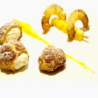 Profiteroles à l'ananas et à la vanille, brochette de victoria rôtie à la citronnelle, et son coulis de fruits de la passion / ananas