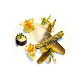 Filet de bar, espuma d'oursin, tartare de couteaux et ses petits légumes