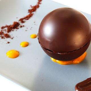 Sphère de chocolat et gelée d'abricot, cœur trésor