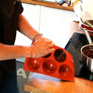 Démoulage des sphères au chocolat