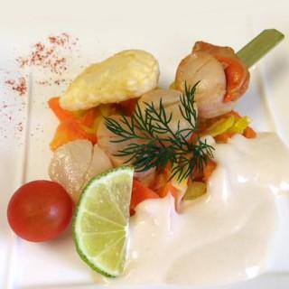 Brochette de Saint-Jacques, agrumes et légumes