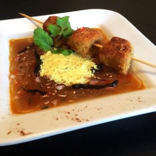 Noix de veau panée aux épices, émulsion de curry Madras et son bouillon de vermicelle de soja
