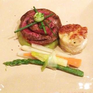 Pièce de bœuf (Limousine), tomates concassées sur une purée d'haricots verts et son bouquet de légumes de printemps...