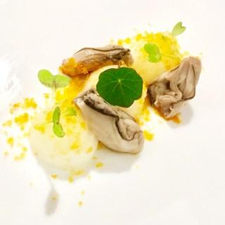 Huîtres rôties dans leurs coquilles, souplesse de citron et poutargue