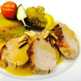 mignon de porc au miel, pignons torréfies, brochettes de légumes, écrasé de pomme de terre