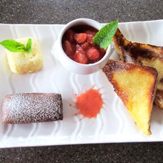 Méli-mélo de financier, son pain perdu et son coulis de fruits rouges