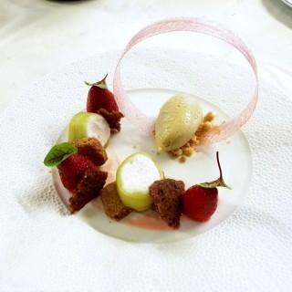 Maki de rhubarbe, fraise mariné et blé noir