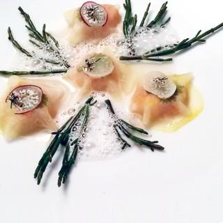 Raviole ouverte de chou rave et langoustine, salicornes, émulsion coco