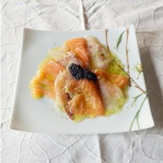 Duo de carpaccio saumon et bar, mariné à l'huile d'olive et citron, fleurs de sel de Guérande