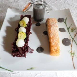 Saumon rôti, compotée de choux rouge à l'aigre-doux, beurre blanc à l'encre de seiche