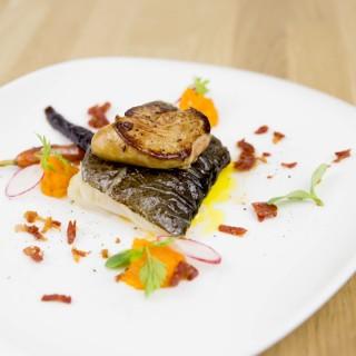 Cabillaud et son foie gras juste snacké, carottes et carottes pourpres, crumble de chorizo