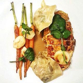 Volaille basse température, minis légumes et ravioles pleurotes
