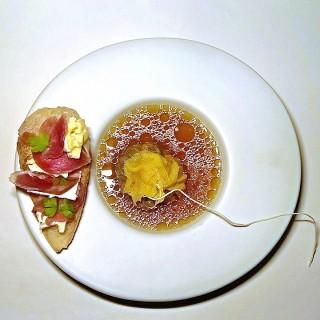 Infusion de champignons séchés par mes soins,comme un thé ,dans son Bouillon de poule et sa tartine croustillante au camembert et jambon séché