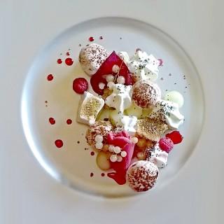 Pavlova de fruits de saison , meringues en deux textures ,betterave confite a la fève de tonka du Brésil,crème fouettée au Kampo(poivre rouge du Cambodge) et saupoudrer de graines de chia
