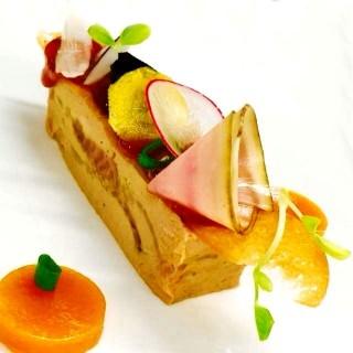 Pressé de foie gras, gelée d'abricot, pickels de légumes
