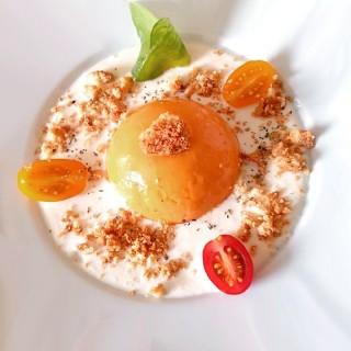 Gelée de tomates, crème de mozzarella et son crumble au parmesan