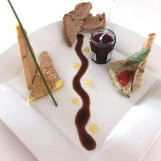 Menu entre terre et mer, Foie gras mi-cuit, confiture de cerise - terrine de Saint-Jacques et saumon