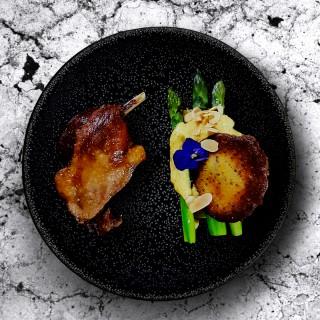 Cuisse de canard confit, pomme de terre et ses asperges vertes, amandes torréfiées, sabayon et tuile de moutarde à l'ancienne