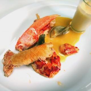 Homard rôti et langoustine en kadaif et son émulsion de lentilles de corail, artichaut à la barigoule , coulis chaud au jus d'orange