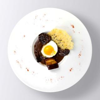 Oeuf en meurette, lard et pleurotte, chips de parmesan et sauce au vin