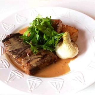 Poitrine de bœuf confite au beurre salé, pommes de terre et céleri rôti, sauce au cidre et salade d'herbes fraîches