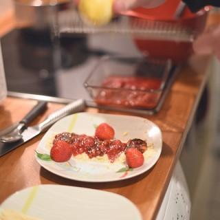 Préparation tarte fraise, vinaigre balsamique et basilic