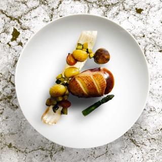 Magret de canard en basse température sauce porto agrumes , pommes cocottes de noirmoutier, asperge, radis glacé, Brunoise de courgettes au porto