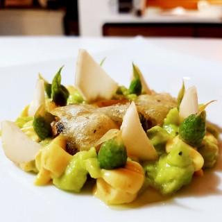 Sardine en tempura, palmiste, guacamole, mayonnaise au safran Péi, fleurs d'oignons