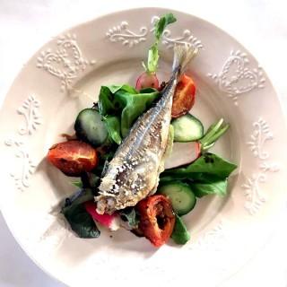 Sardine croquante sur réduction de vinaigre balsamique de Modena, avec sa salade composée et préparation de tomates, parfumées au thym