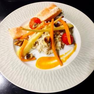 saumon en cuisson unilatéral accompagné d'un risotto à la Milanaise et ses légumes du marché