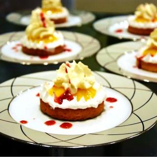 Tarte citron meringuée, espuma fruits de la passion, coulis de fraises des bois