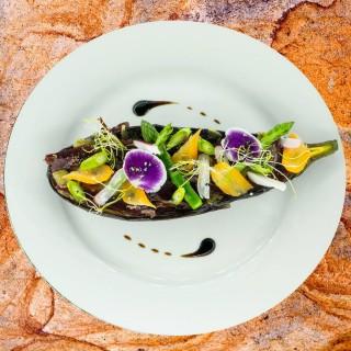 Tartine d'aubergine grillée, légumes crus et cuits, bœuf séché et fleur de mon jardin