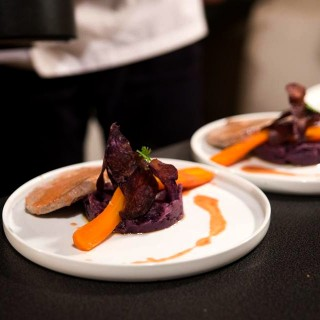 Thon mi-cuit, purée de vitelotte à la truffe blanche et carotte en jus de betterave